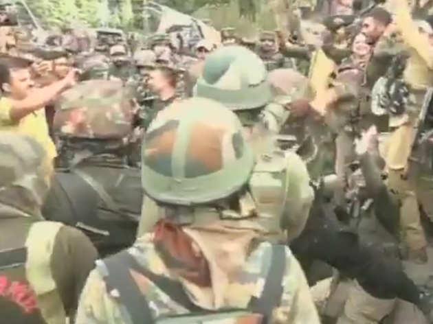 जम्मू-कश्मीर: जवानों ने रामबन जिले के बटोत शहर में 3 आतंकियों को को मार गिराने के बाद मनाया जश्न