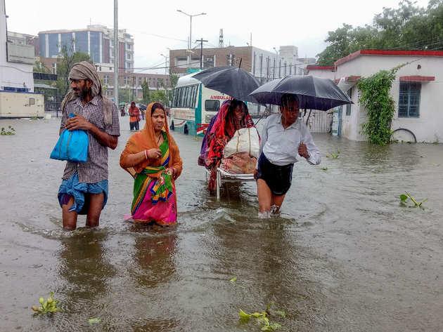 बारिश के कारण सड़कें जलमग्न