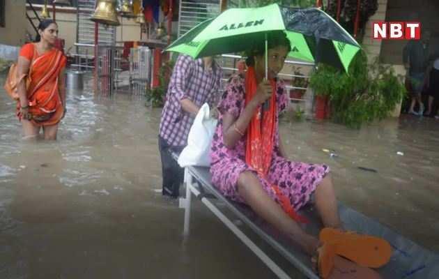 मोदी की काशी में बारिश के पानी में चलते दिखे मरीजों के स्ट्रेचर