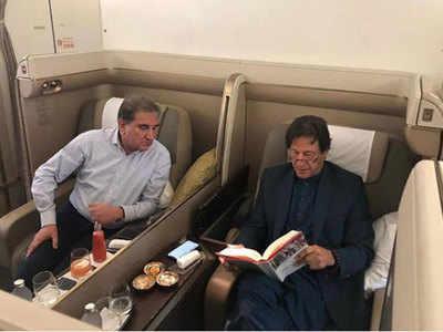 विमान में सवार इमरान खान