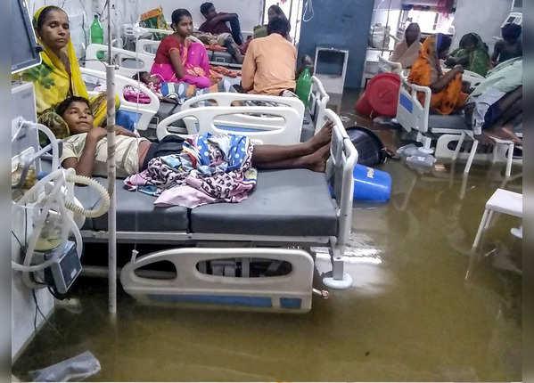 अस्पतालों में भी पानी