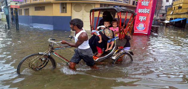 लगातार हो रही बारिश से वाराणसी बेहाल, कई इलाकों में जलजमाव