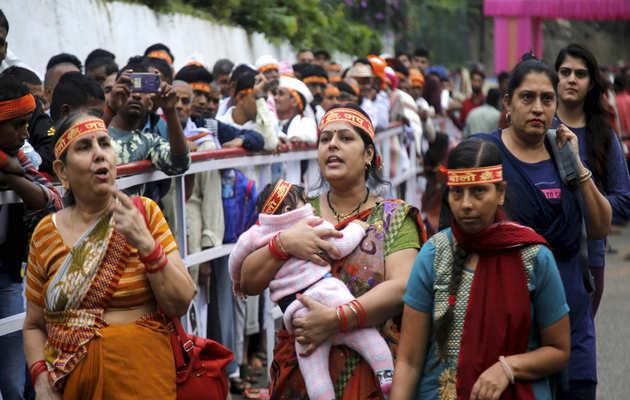 नवरात्र के पहले दिन वैष्णो देवी मंदिर में श्रद्धालुओं की लगी भीड़