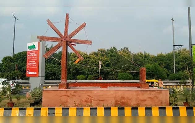 गांधी जयंती: नोएडा प्राधिकरण ने सेक्टर 94 में प्लास्टिक के कचरे से बना चरखा स्थापित किया