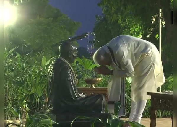 महात्मा गांधी की जयंती पर साबरमती आश्रम पहुंचे PM
