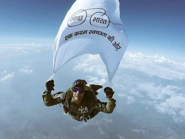 विंग कमांडर गजानंद यादव ने लहराया ध्वज