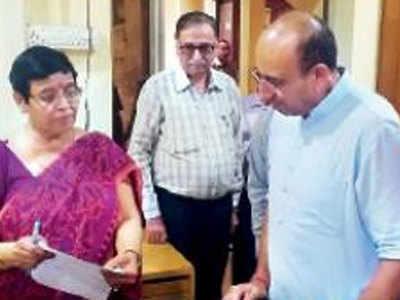 मंत्री ने अफसरों से कई मुद्दों पर जानकारी ली