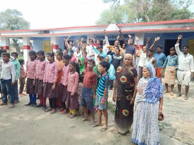 गुस्साए ग्रामीणों ने सरकार के खिलाफ की नारेबाजी