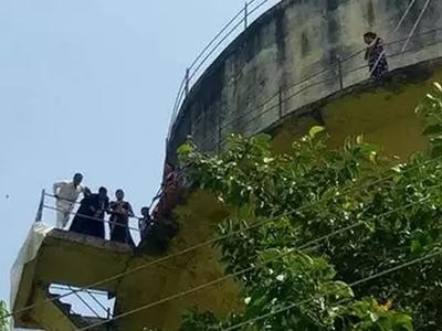 27 घंटे टंकी पर चढ़ा रहा परिवार