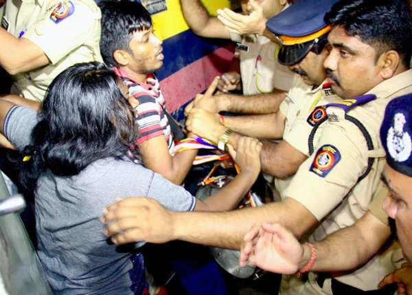 पुलिस से भिड़े युवा
