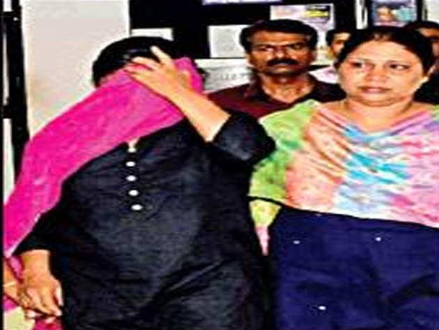 पुलिस ने तीन लोगों को गिरफ्तार किया है