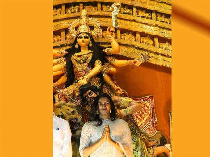 दुर्गा पूजा पाहून पी. व्ही. सिंधू गेली भारावून