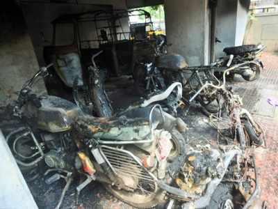 आग में जले वाहन