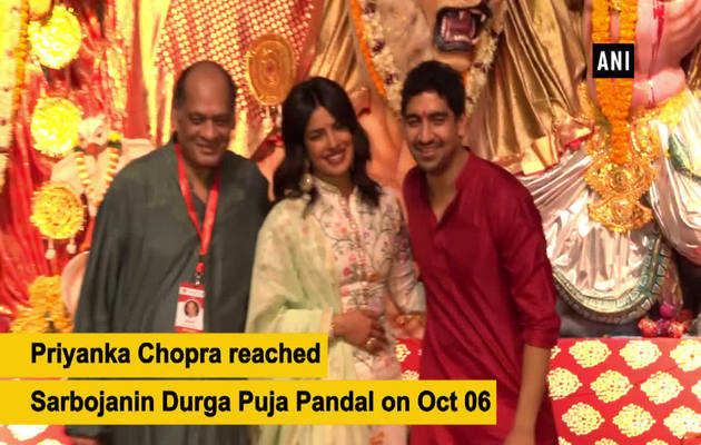दुर्गा पंडाल में पहुंचीं प्रियंका चोपड़ा