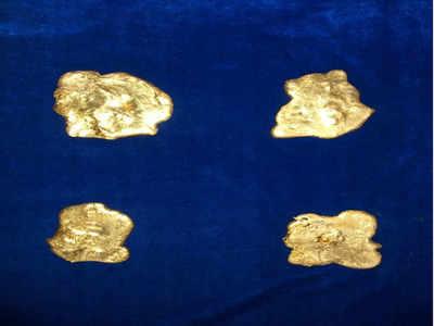 चारों अपने मलाशय में लगभग 1.35 किलो सोना छिपाकर लाए थे
