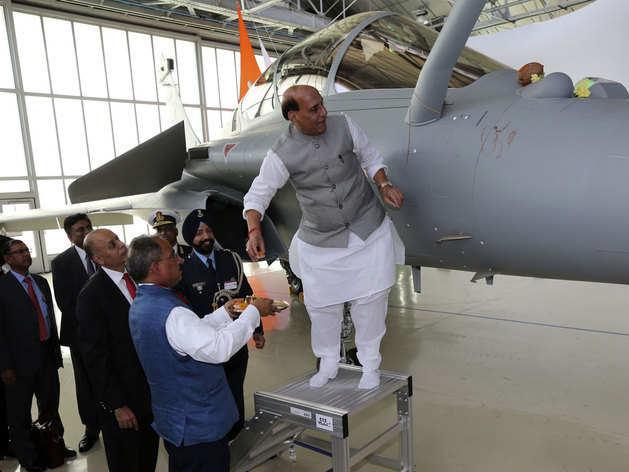 विमान की शस्त्र पूजा करते रक्षा मंत्री