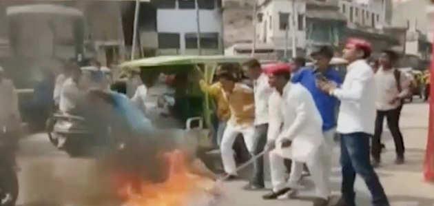 वाराणसी: समाजवादी पार्टी के कार्यकर्ता हुए घायल, जला रहे थे सीएम योगी का पुतला