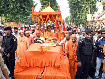 गोरखपुर में निकली शोभायात्रा