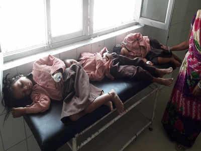 अस्पताल में भर्ती स्कूली बच्चे