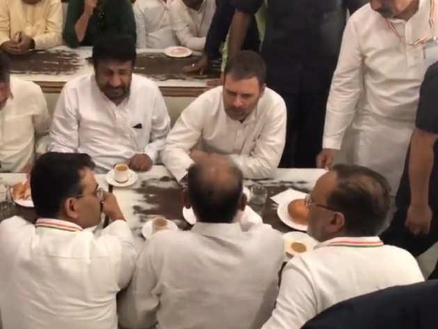 ढाबे पर चाय पीते दिखे राहुल गांधी