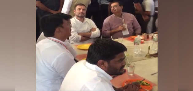 गुजरात में हार्दिक पटेल के साथ राहुल गांधी ने किया लंच