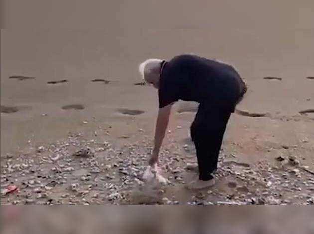 चेन्नै के ममल्लापुरम में शनिवार सुबह पीएम मोदी ने समुद्र तट पर प्लॉगिंग की