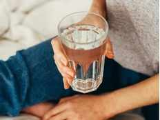 how much water should a pregnant woman drink per day