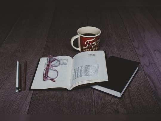 …खिडकीतून वाकून पाहिलेलं पुस्तक!