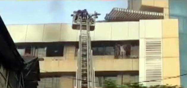 मुंबई: बिल्डिंग में लगी आग, फंसे लोगों को बचाया गया