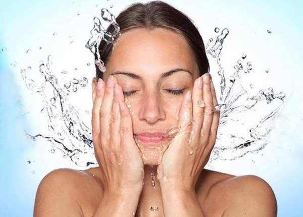 दिन में दो बार चेहरा धोना