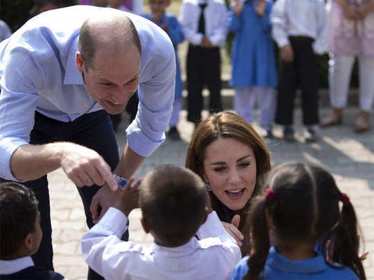 बच्चों से इस अंदाज में मिले शाही दंपती