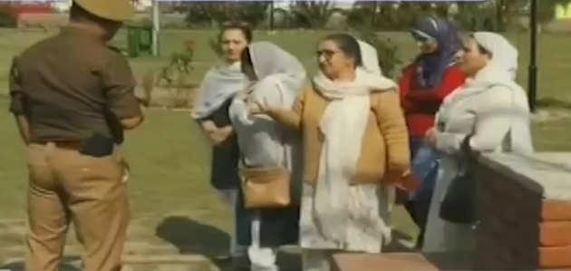 जम्मू कश्मीर: धारा 370 हटाने के खिलाफ प्रदर्शन, फारूख अब्दुल्ला की बहन और बेटी हिरासत में