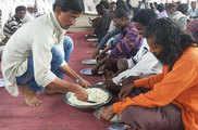एक भूखी महिला को देखा था, आज 1200 लोगों को खाना खिलाते ...