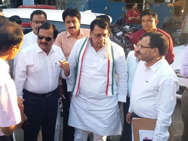 टूटी सड़कों का मरम्मत कार्य देखने निकले थे मंत्री पी सी शर्मा