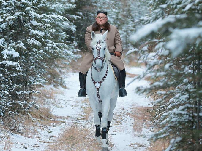 बर्फ से ढकी चोटी, सफेद घोड़े पर किम सवार