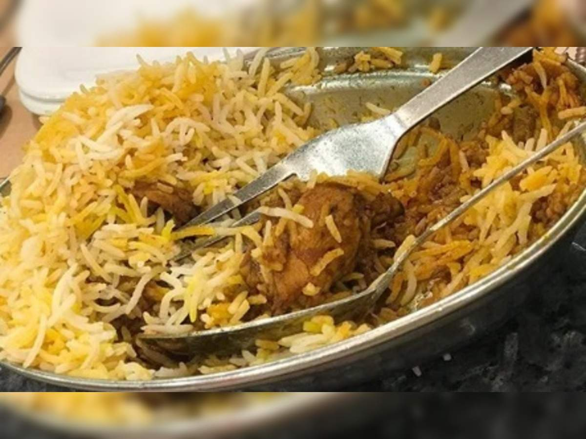 worms in chicken biryani: பிரியாணியில் நெளிந்த புழுக்கள்... வாடிக்கையாளர்  அதிர்ச்சி...!! - worms in chicken biryani in chennai shop shocked customers  | Samayam Tamil