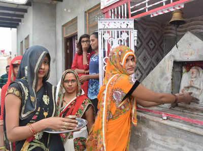 सती मंदिर की पूजा करतीं गांव की महिलाएं