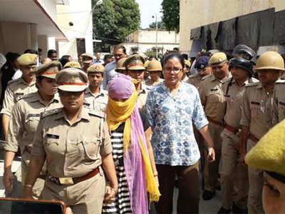 फाइल फोटो: छात्रा को ले जाती पुलिस