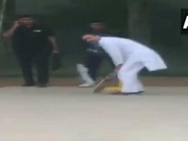 क्रिकेट खेलते राहुल गांधी