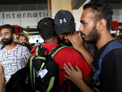 अपनों से मिलकर फफक पड़े मेक्सिको से लौटाए गए भारतीय