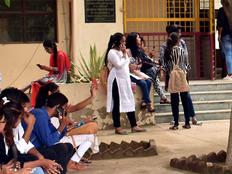 यूपी के कॉलेजों में मोबाइल बैन पर पाबंदी की खबर अफवाह: शिक्षा निदेशालय