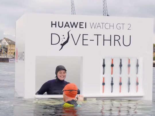 Huawei का अनोखा मार्केटिंग कैंपेन, नदी में कूदने वाले को फ्री में स्मार्टवॉच