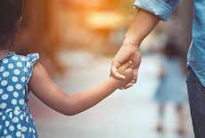 बच्चों को स्ट्रॉन्ग बनाना है तो उनसे न कहें ये 5 बातें