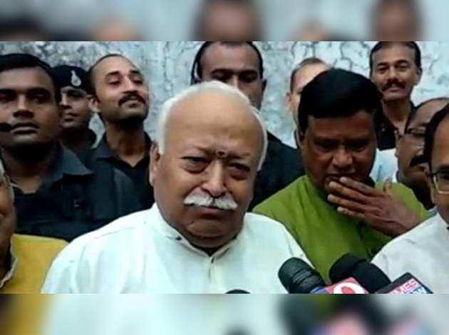 RSS चीफ ने नागपुर में डाला वोट, सावरकर विवाद पर हो रही राजनीति पर ली चुटकी