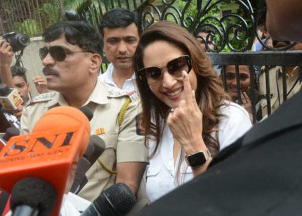 महाराष्ट्र में वोट डालने निकले फिल्मी सितारे