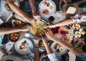 eating food with hands has more health benefits