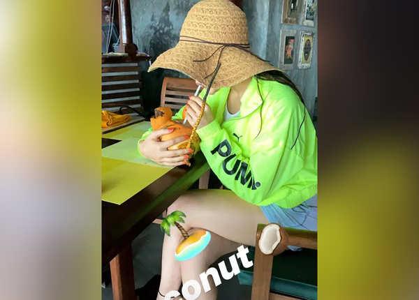 नारियल पानी पीतीं सारा