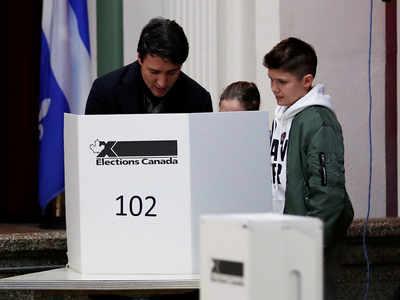 संसदीय चुनाव में वोट करते कनाडा के प्रधानमंत्री जस्टिन ट्रूडो।