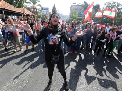 लेबनान की सड़कों पर प्रदर्शनकारी