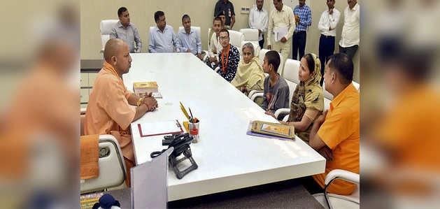 योगी सरकार का ऐलान, कमलेश तिवारी की पत्नी को मिलेगा 15 लाख रुपयों का मुआवजा और आवास
